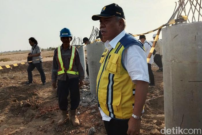 Setibanya di pintu pembangunan akses pelabuhan, Basuki langsung menemui kontraktor yang ada di lokasi.
