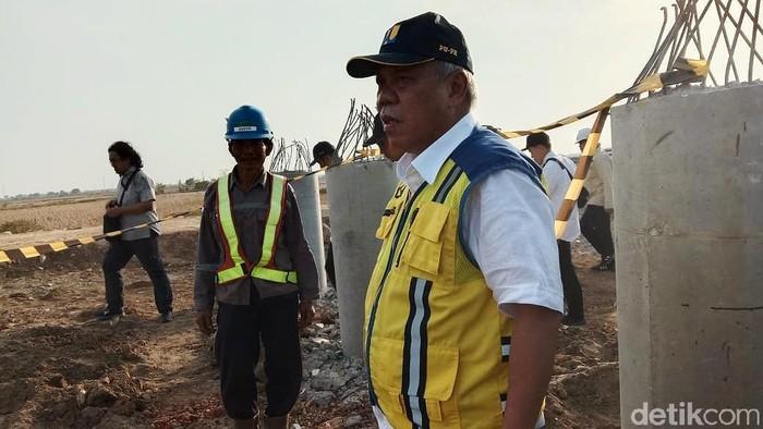 Menteri Pekerjaan Umum dan Perumahan Rakyat (PUPR) Basuki Hadimuljono mengecek jalan akses ke pelabuhan Patimban di Subang, Jawa Barat.