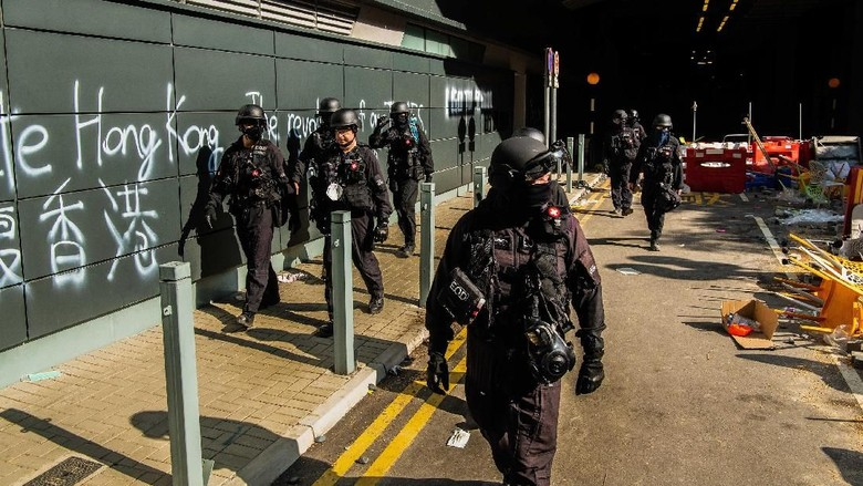 Buru Demonstran, Polisi Hong Kong Masuk Kampus PolyU
