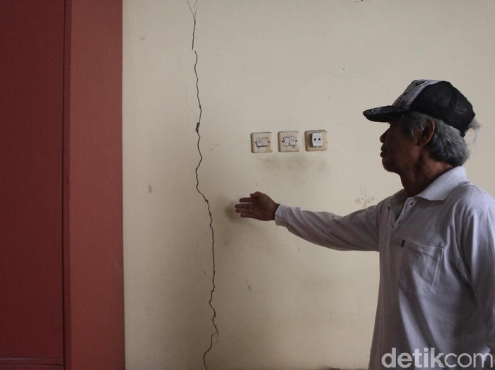 Rumah yang mengalami keretakan/Foto: Suparno