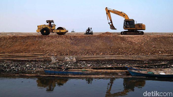 Pembangunan jalan yang menghubungkan Tanggul Laut Cilincing-Pelabuhan Tanjung Priok sedang dikerjakan. Begini progres terkininya.