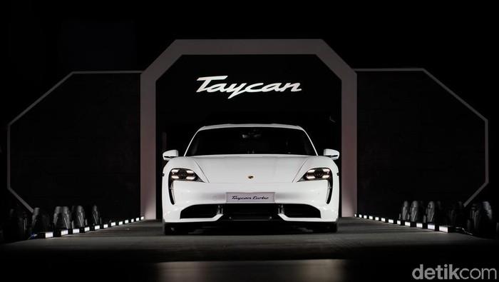Mobil listrik sporty asal Jerman, Porsche Taycan mulai masuk Asia Tenggara. Porsche Taycan dilunurkan di Singapura beberapa waktu lalu.