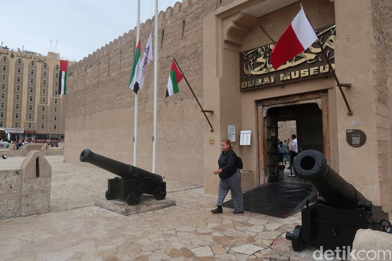 Salah satu destinasi yang bisa jadi tempat melihat masa lalu Dubai adalah Dubai Museum. Berada di kawasan Old Dubai, Dubai Museum memilih sebuah bekas benteng sebagai tempat menyimpan masa lalu, Al Fahidi. (Bonauli/detikcom)
