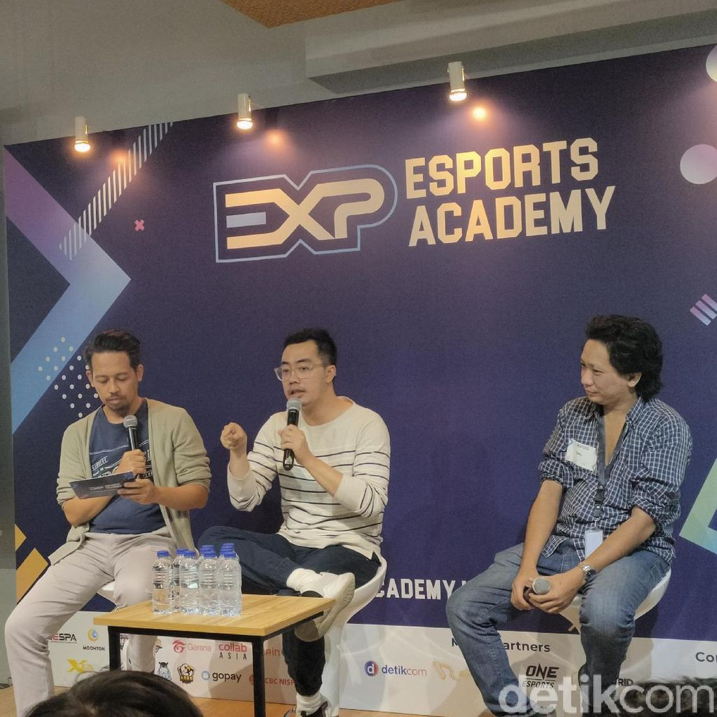 Dennis Adhiswara: Gamer Pemalu Coba Pakai Topeng