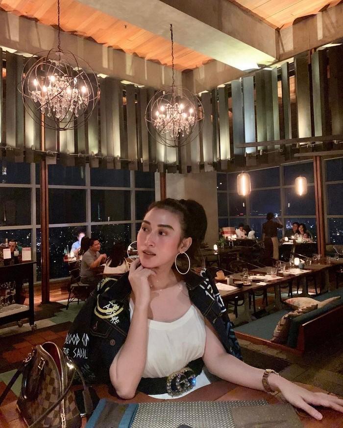 Lewat akun Instagramnya, Shella sering membagikan momen kulinerannya yang seru di berbagai restoran hingga kafe mewah. Intip saja pose menawannya saat makan malam di restoran di atas ketinggian kota. Foto: Instagram @shellao.id