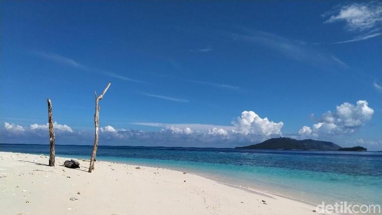 Pantai pasir putih berhadapan dengan Pulau Lihaga (Afif Farhan/detikcom)