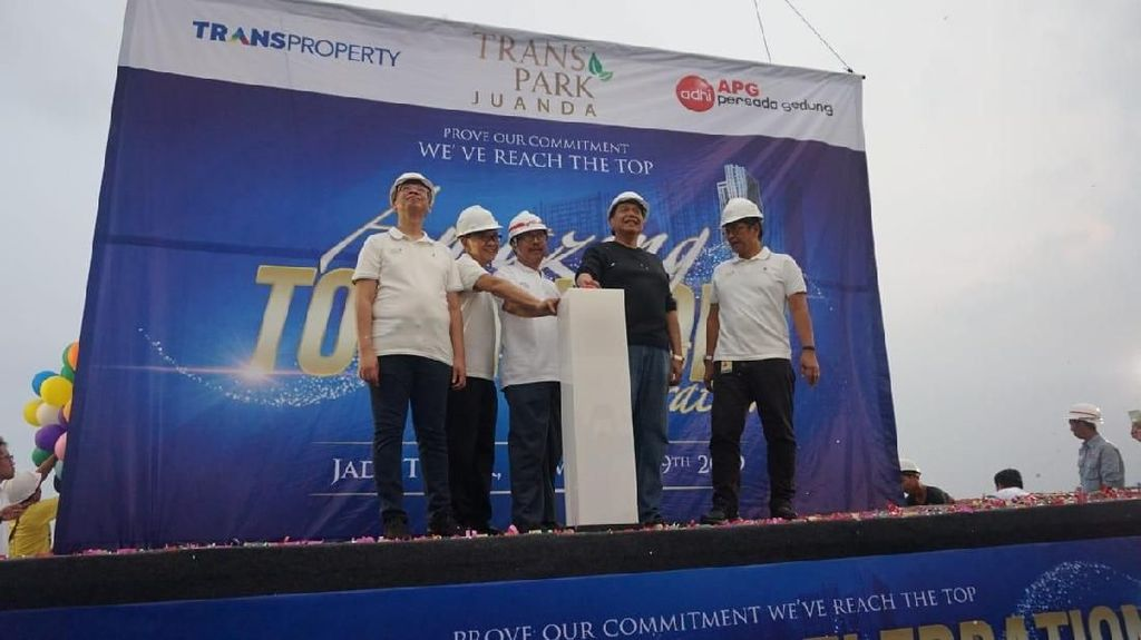 Chairul Tanjung Lakukan Topping Off Tower Pertama Transpark Juanda