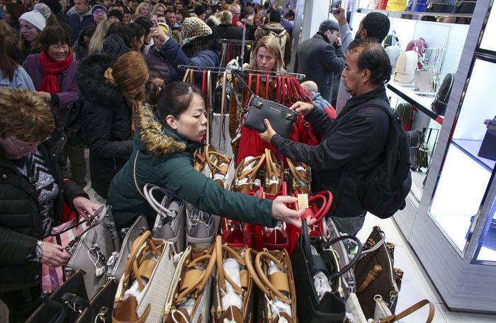 Sejumlah warga mendatangi toko-toko di kawasan Kota New York untuk berburu diskon dan promo belanja di saat Black Friday. Kena Batancur/Getty Images.