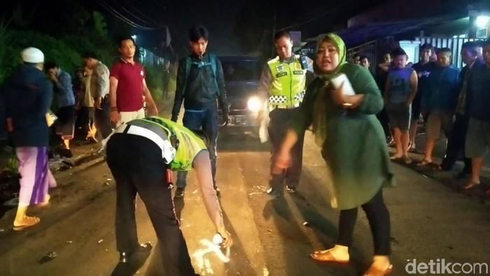 Polisi melakukan olah TKP kecelakaan dua sepeda motor adu banteng di Sukabumi (Syahdan Alamsyah/detikcom)