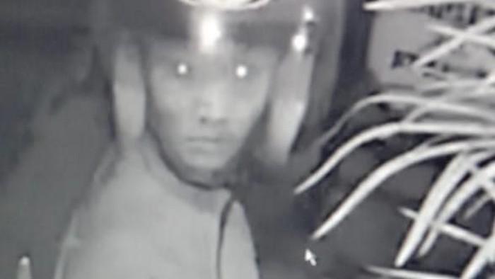 Foto: Rekaman CCTV pencurian sepeda di perumahan Bogor (dok. Ist)