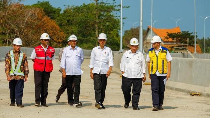 Foto: Jokowi meninjau proyek Tol Patimban. (Andhika Prasetia/detikcom).