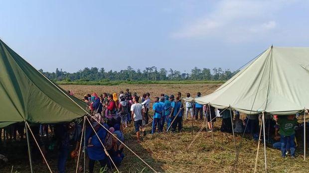 Antusias Warga Timika Lihat Aksi TNI Latihan Terjun Payung