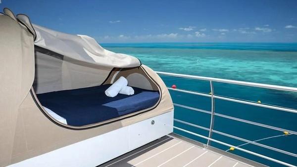 Pengunjung bisa menikmati pemandangan laut sambil bersantai. Suasana yang tenang dan nyaman bisa Anda dapat di sini. (Reefsuites/handout)