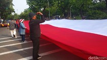 Massa Tolak Reuni 212 Demo di Depan Kemendagri, Bentangkan Merah Putih Raksasa