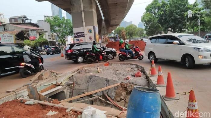Foto: Pengerjaan trotoar di Jl Prof Dr Satrio-Jalan Casablanca (Wilda/detikcom)
