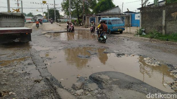 Jalan Raya Tapos, Cibinong, Kabupaten Bogor rusak parah dan berlubang