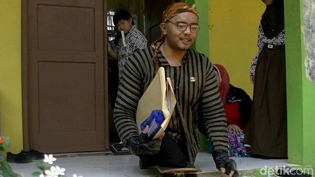 Muhamad Hikmat (26), guru difabel di SLB Negeri Batang.
