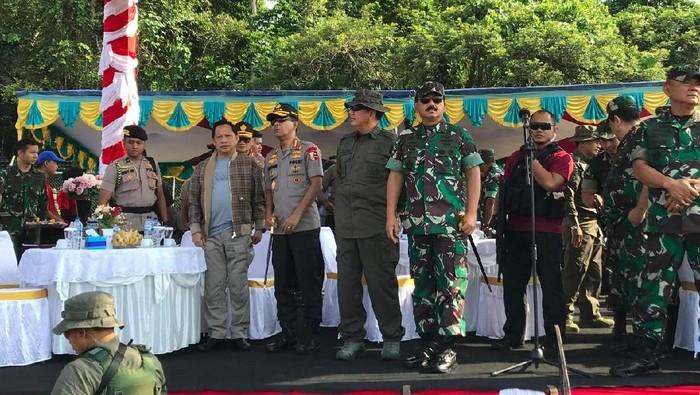 Panglima-Kapolri Saksikan Penerjunan Prajurit Bawa Hadiah Natal di Papua (Foto: Rolando FS/detikcom)