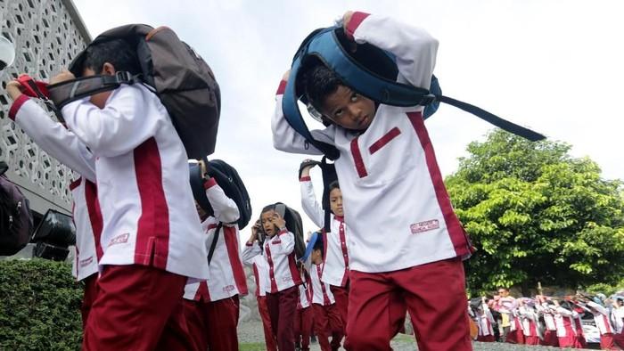 Pelajar mengikuti kompetisi simulasi evakuasi mandiri bencana gempa dan tsunami di Aceh. (Foto: Antara Foto/Irwansyah Putra)