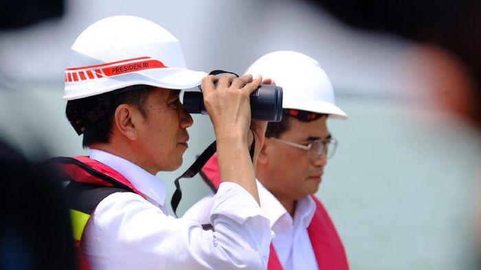 Presiden Jokowi memberikan ucapan selamat kepada Timnas Polo Air Indonesia.  Foto: Presiden Jokowi meninjau proyek Pelabuhan Patimban (Andhika-detikcom)