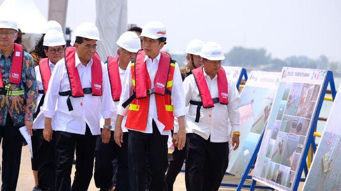 Foto: Presiden Jokowi meninjau proyek Pelabuhan Patimban didampingi Menhub Budi Karya Sumadi (Andhika-detikcom)