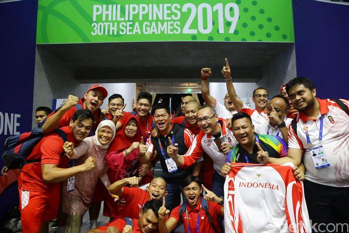 Timnas Polo Air Indonesia putra melakukan perayaan usai menyegel medali emas SEA Games 2019.