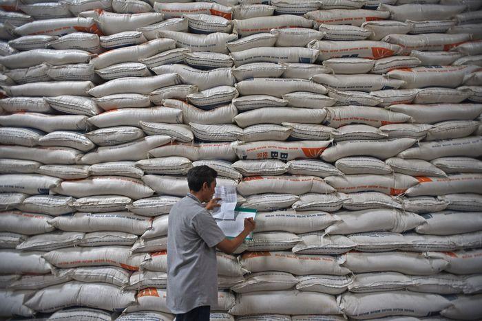 Pekerja memikul karung beras di Gudang Bulog Sub Divisi Regional Serang di Serang, Banten, Jumat (29/11/2019).