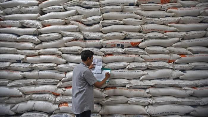 Pekerja memikul karung beras di Gudang Bulog Sub Divisi Regional Serang di Serang, Banten, Jumat (29/11/2019). Stok beras di Gudang Bulog setempat saat ini mencapai 98 ribu ton, untuk tingkat konsumsi normal memenuhi kebutuhan selama 8 bulan kedepan. ANTARA FOTO/Asep Fathulrahman/ama.