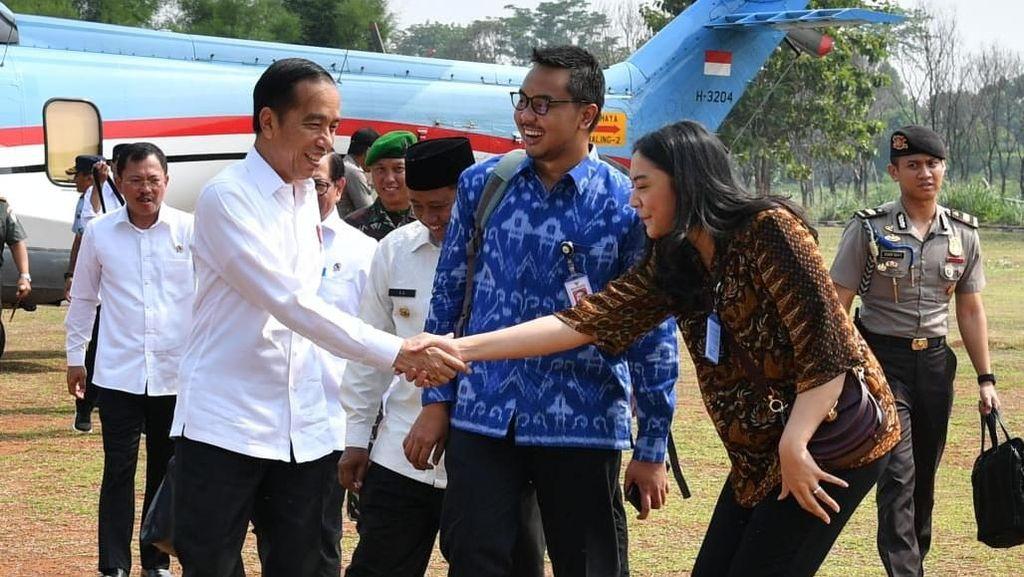 Kunker ke Subang, Jokowi Ajak 2 Stafsus Milenial