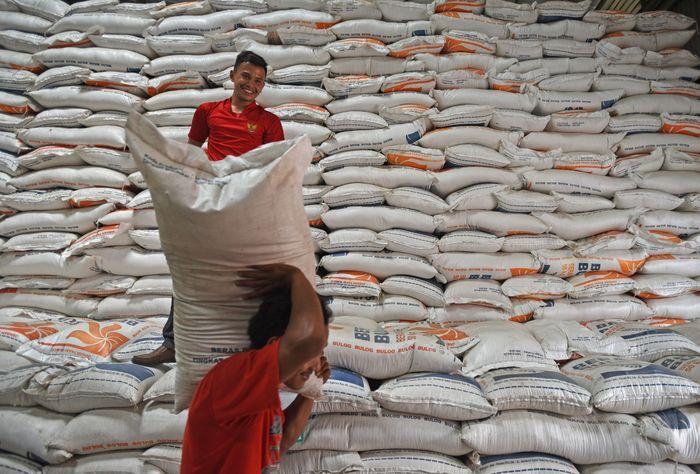 Stok beras di Gudang Bulog setempat saat ini mencapai 98 ribu ton.
