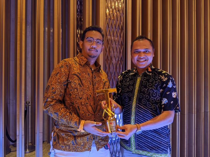 Head of Customer Support DANA Juan Almer Siregar (kanan) mewakili DANA dalam menerima penghargaan sebagai The Best Payment Fintech in Customer Satisfaction untuk Kategori E-Wallet dalam gelaran Tempo Financial Award yang diadakan oleh Tempo Media Group, Rabu malam (27/11). Pool/DANA.