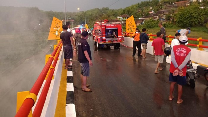Kebakaran di Jembatan Barong, Gunung Kemukus, Sragen. Foto: Istimewa