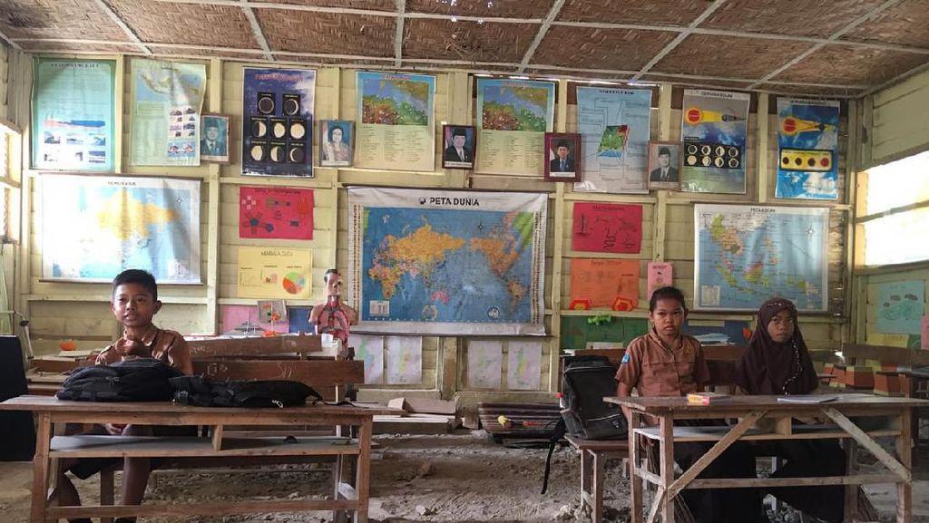 Abaikan Rasa Takut, Siswa SD di Polman Belajar di Kelas yang Nyaris Ambruk