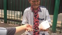 Semangat Kakek Penjual Jasa Timbang Badan di Stasiun Bogor yang Viral