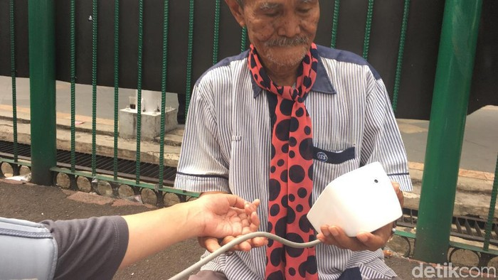 Penjual jasa timbang badan dan ukur tensi  (Foto: Nafila Sri Sagita K)