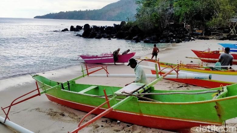 Warga di Likupang yang menyewakan perahu untuk wisatawan (Afif Farhan/detikcom)