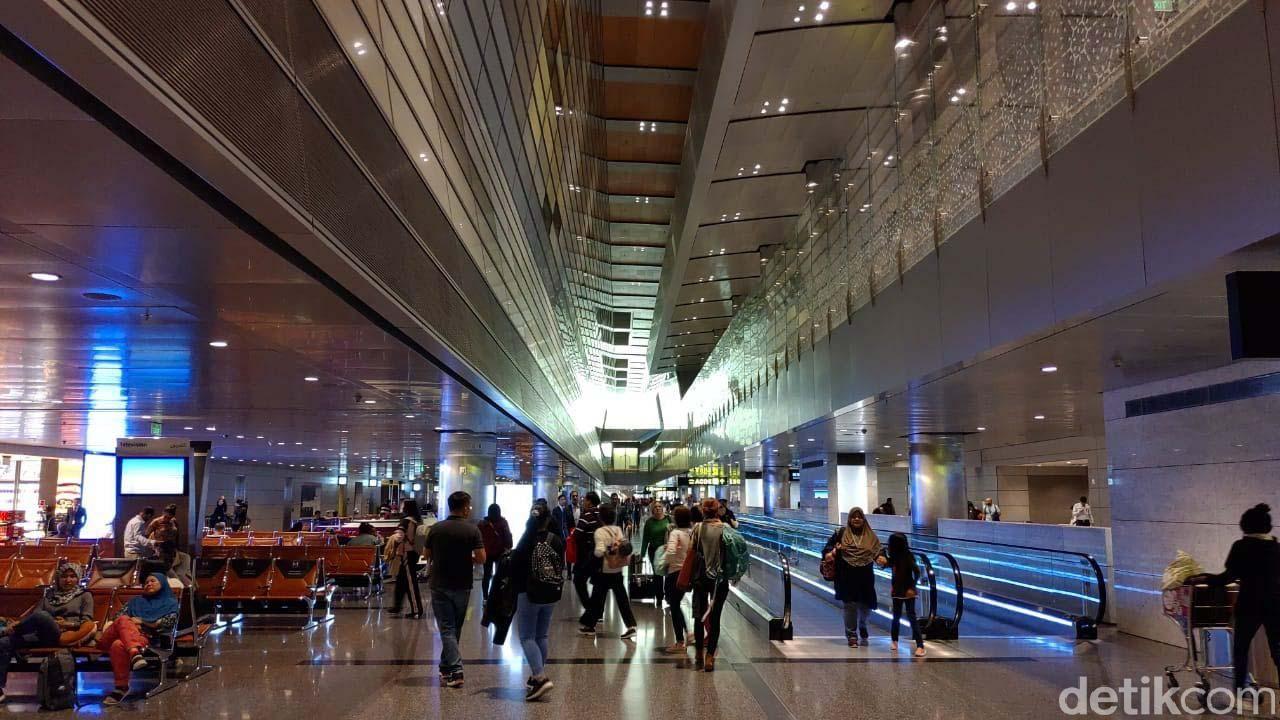 Bandara Internasional Hamad (HIA) punya kereta layang yang mondar-mandir di dalam terminal bandara. Bentuk kereta tersebut sangat futuristik.
