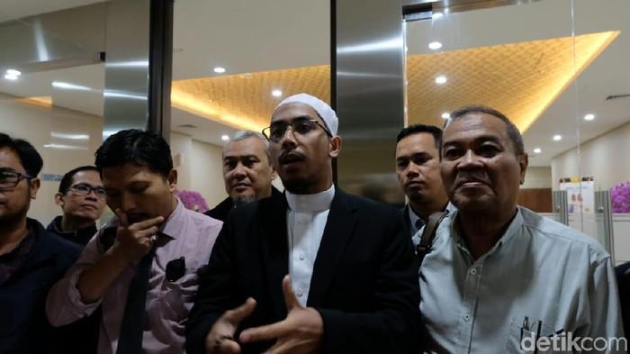 Ustaz Maaher Laporkan Balik Abu Janda (Foto: Rizki/detikcom)