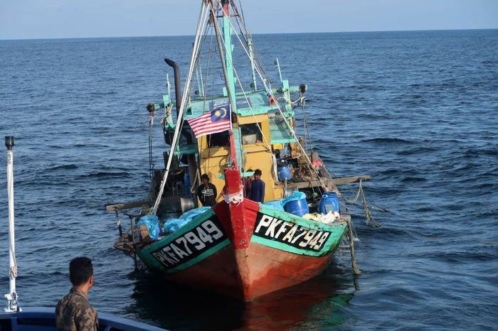 Kapal dengan nama KM. PKFA 7949 berukuran 59 GT ditangkap oleh Kapal Pengawas Perikanan (KP) KP. Pool/Kementerian Kelautan dan Perikanan.