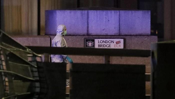 Seorang polisi forensik memeriksa lokasi serangan teroris di London Bridge (AP Photo/Matt Dunham)