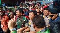Jelang Perayaan Nataru, Panglima dan Kapolri Bagikan Sembako-Motor di Papua
