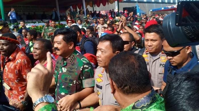 Panglima TNI-Kapolri membagikan sembako hingga sepeda motor di Papua. (Rolando/detikcom)