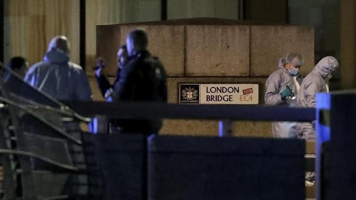 Polisi dan petugas forensik memeriksa lokasi serangan teroris di London Bridge (AP Photo/Matt Dunham)