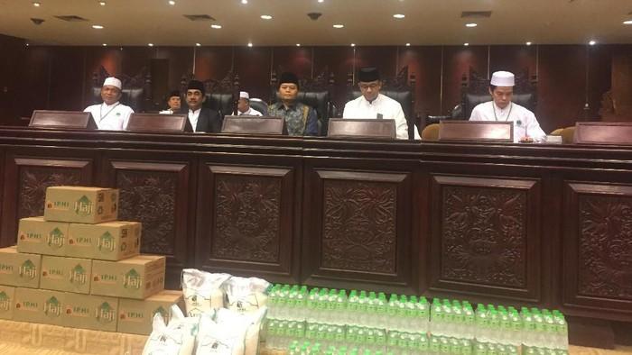 Anies dan HNW menghadiri acara pembukaan Rakernas Ke-15 Ikatan Persaudaraan Haji Indonesia. (Ibnu/detikcom)