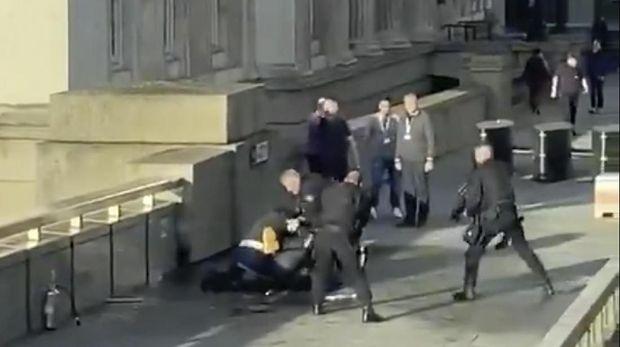 Momen saat pelaku serangan teroris di London Bridge dilumpuhkan warga dan polisi