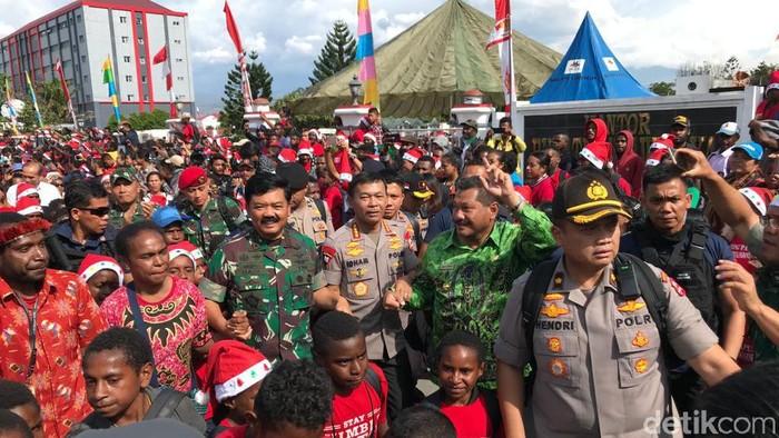 Foto: Panglima TNI Jenderal Hadi Tjahjanto dan Kapolri Idham Azis ikut menari bersama warga di Wamena, Papua. (Rolando-detikcom)
