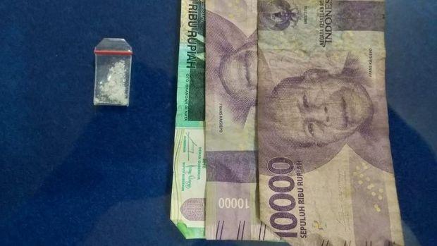 Polisi menyita barang bukti satu bungkus plastik klip berisi sabu 0.19 gram dan uang tunai Rp 40 ribu.