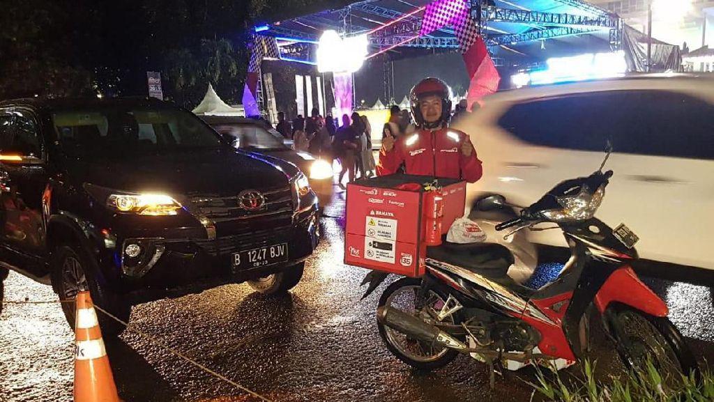 Jakarta Hujan, Pengunjung IIMS Dimanja Layanan Pesan Antar BBM