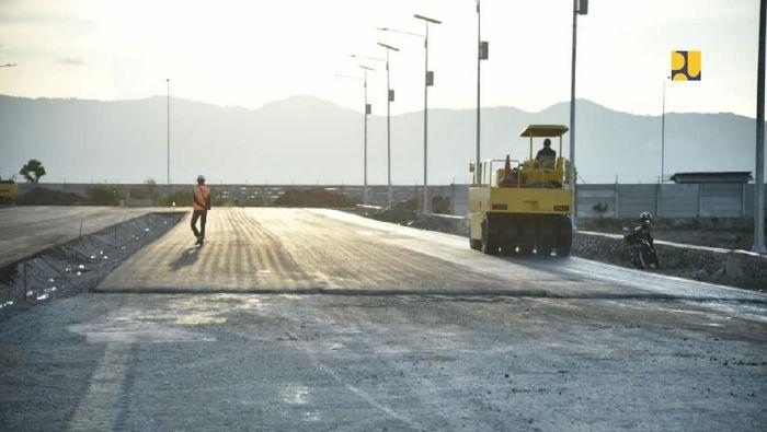 Flyover tersebut dibangun untuk mendukung kelancaran arus lalu lintas jalan Trans Sulawesi yang melintas di Kawasan Ekonomi Khusus (KEK) Kota Palu, sekaligus untuk mengurangi kemungkinan terjadinya kemacetan yang diakibatkan dari Pelabuhan Pantoloan.Foto: Dok. Kementerian PUPR
