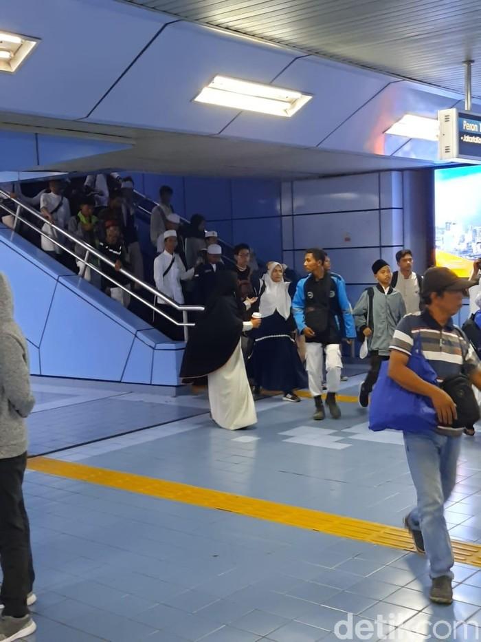Massa Reuni 212 datang via Stasiun Juanda. (Yogi Ernes/detikcom)